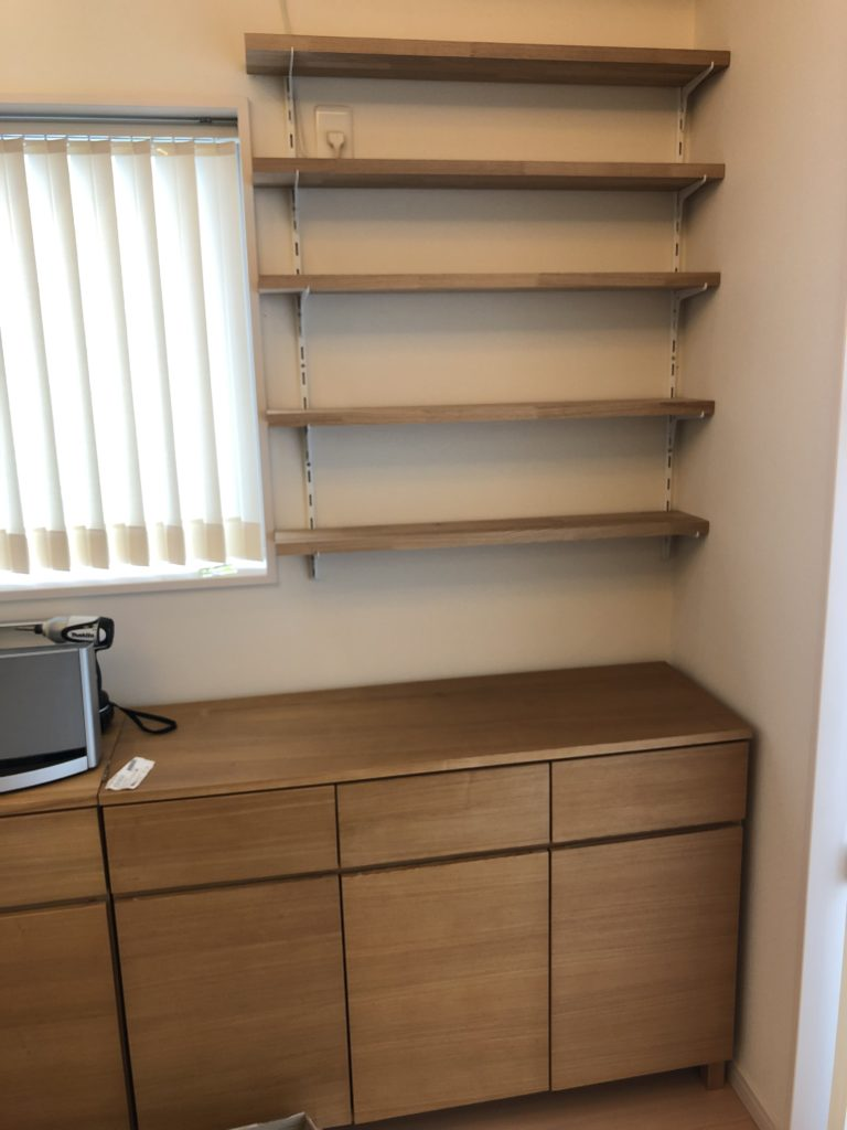 シンプルな造り付けの本棚をDIY