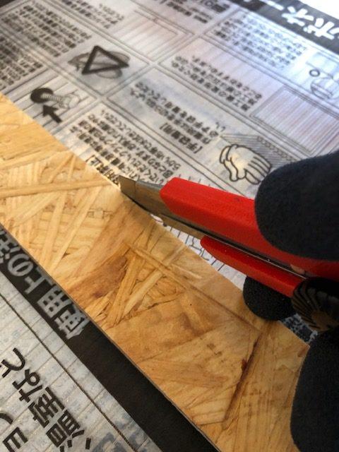 ポリカ板 切断 カッターナイフ 十分 定規 木製 OSB