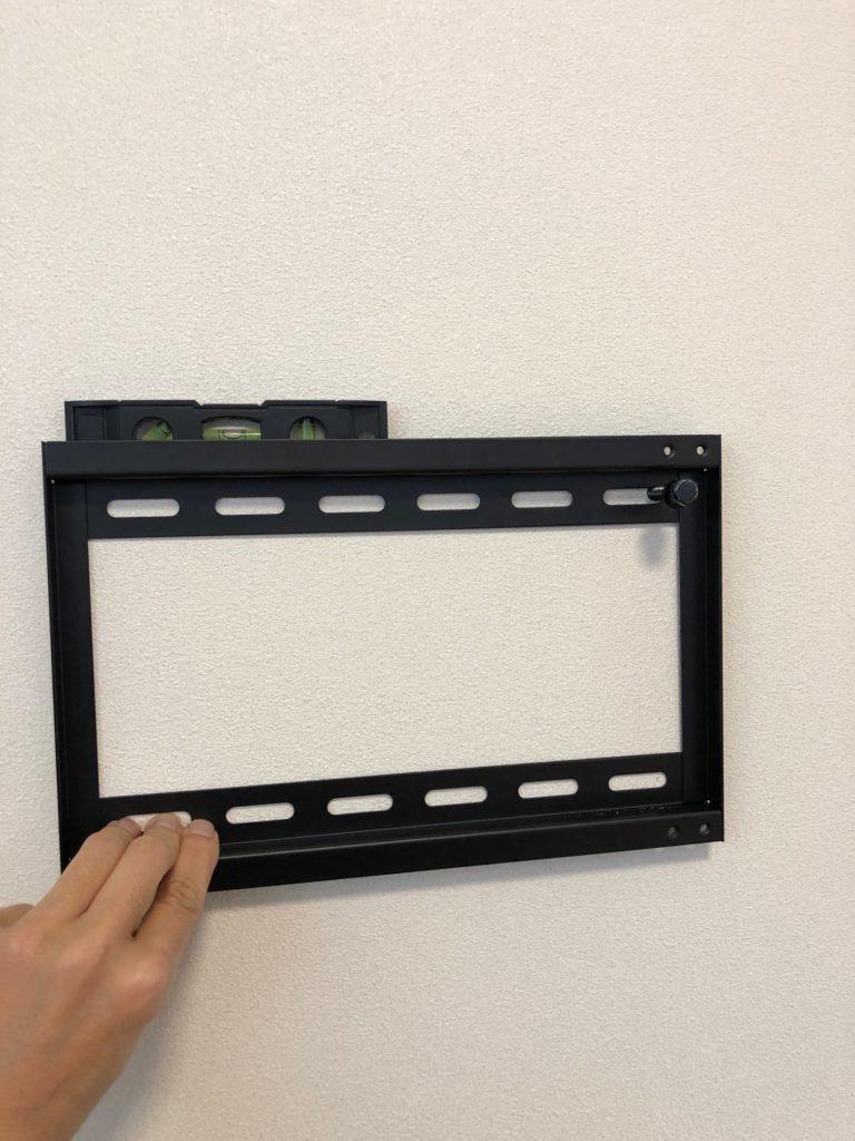 テレビ壁掛け用金具 取り付け DIY 水準器 使う 現物合わせ 穴の位置