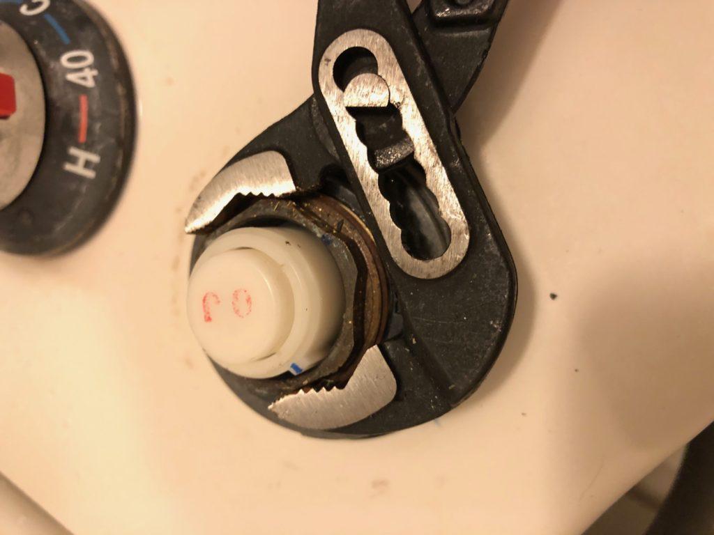 バルブ固定ナット 取り外し 方法 ウォーターポンププライヤー INAX リクシル LIXIL ボタン押しても出ない